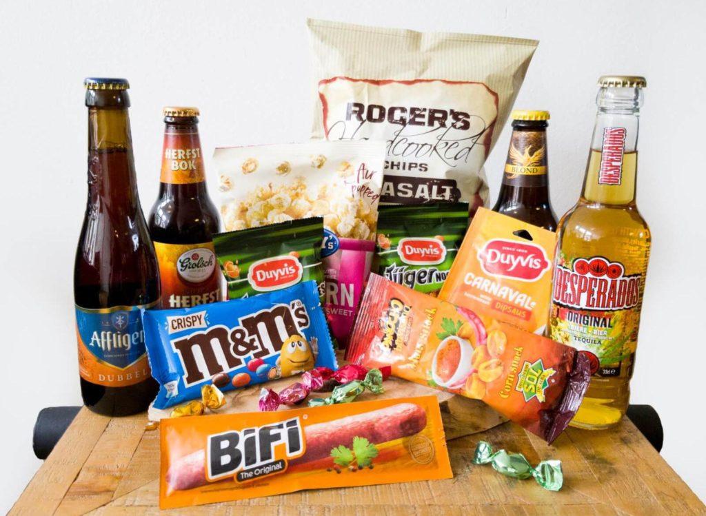 Een borrelpakket met bier, nootjes, snoep en snacks.